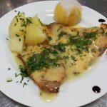 File de salau cu sos meuniere Servit cu cartofi natur sau copt la cuptor cu unt si cascaval gratinat